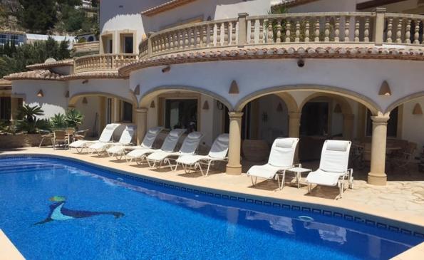 Zeer ruime 5 slaapkamer en 4 badkamer villa met prive zwembad en prachtig zeezicht in Moraira op slechts 3 km van zee!
