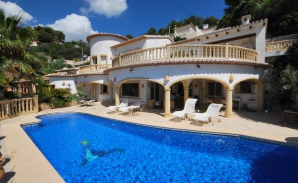 Zeer luxe 5 slaapkamer villa met prive zwembad en prachtig zeezicht in Moraira op slechts 3 km van zee!